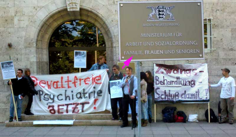 Demonstration vor dem Sozialministerium während einer Anhörung unter Ausschluß aller Kritiker am 14.5.2012